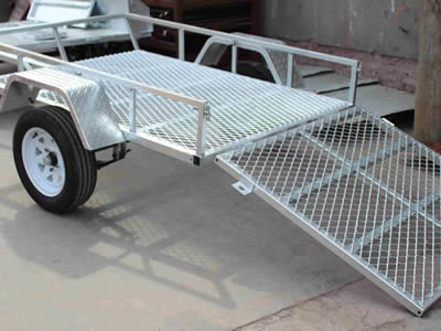 A ramp made of expanded metal grating connects the rear part of a cart.