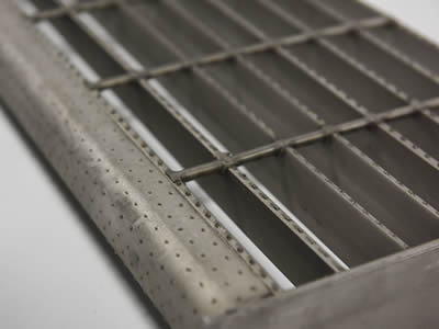 A welded steel grating with round hole plate nosing.